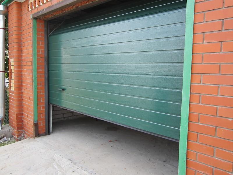 Подъемные ворота гаражные в клину